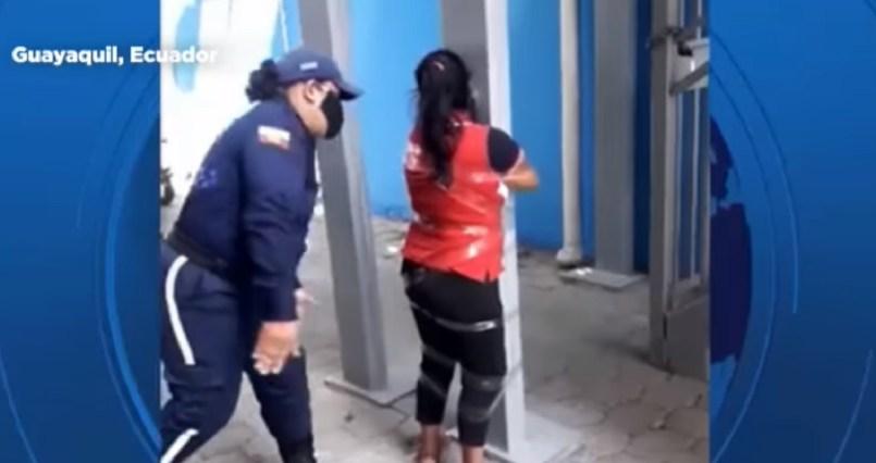 (Video) Una mujer con discapacidad fue torturada por una agente de seguridad