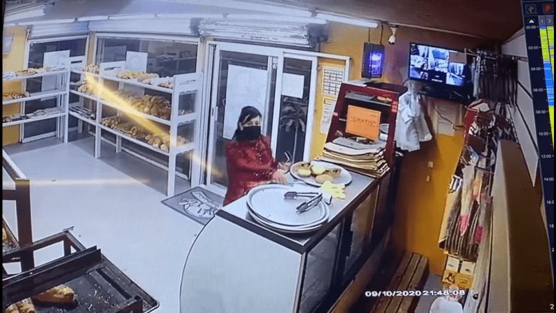 (Video) Mujer disimula comprar pan antes de asaltar panadería de Toluca