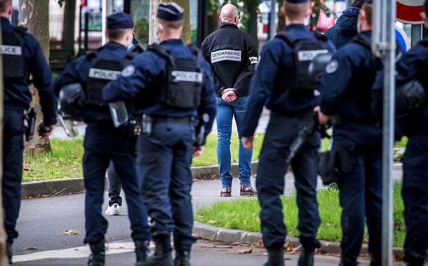 ÚLTIMO MOMENTO / Presunto terrorista decapita a maestro en calles de París