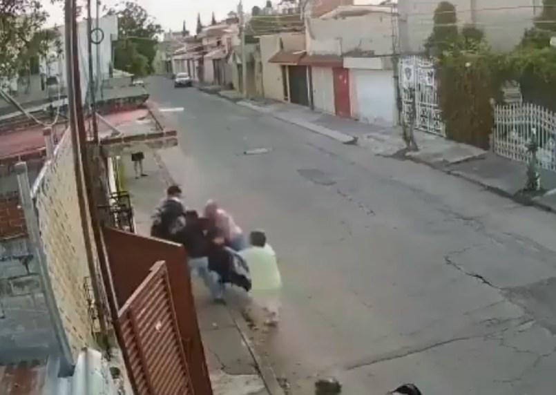 (Video) Abuelito muere tratando de evitar la detención de su nieto por robo en Puebla