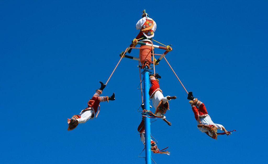 (Video) Volador de Papantla cae desde 10 metros de altura en Hidalgo