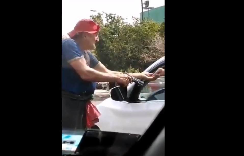 (Video) Hombre pide limosnas con pistola en mano