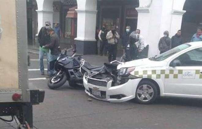 Taxi se impacta con motocicleta de seguridad pública en Los Portales