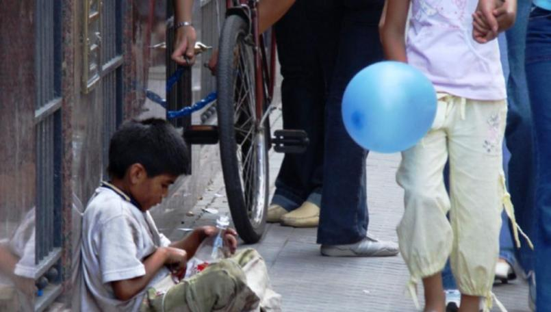Andrés Manuel López Obrador (AMLO) anunció en la mañanera que se otorgarán becas y apoyos a niños y jóvenes huérfanos por Covid-19.