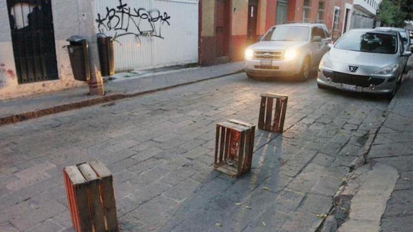 Proponen sanción a quienes aparten lugares de estacionamiento con cubetas u otros objetos en la CDMX