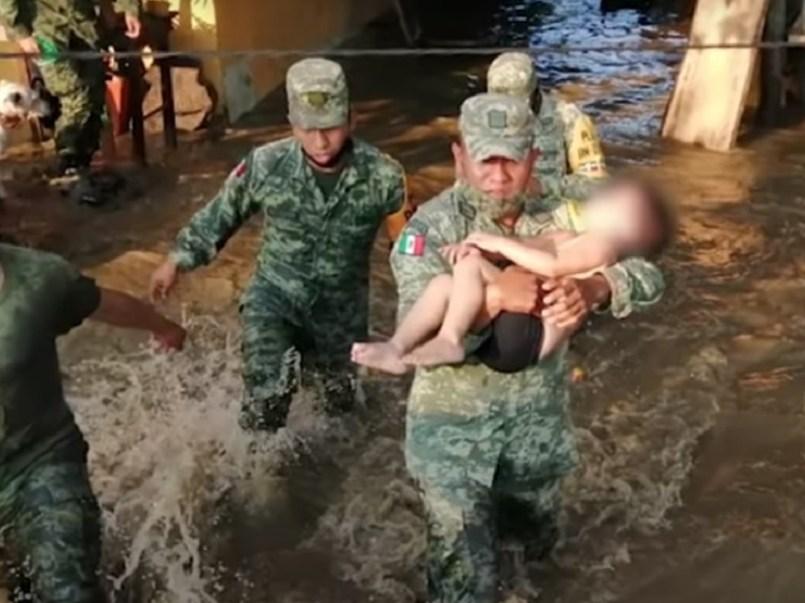 (Video) Soldados salvaron a un bebé de morir ahogado en Tabasco por las inundaciones