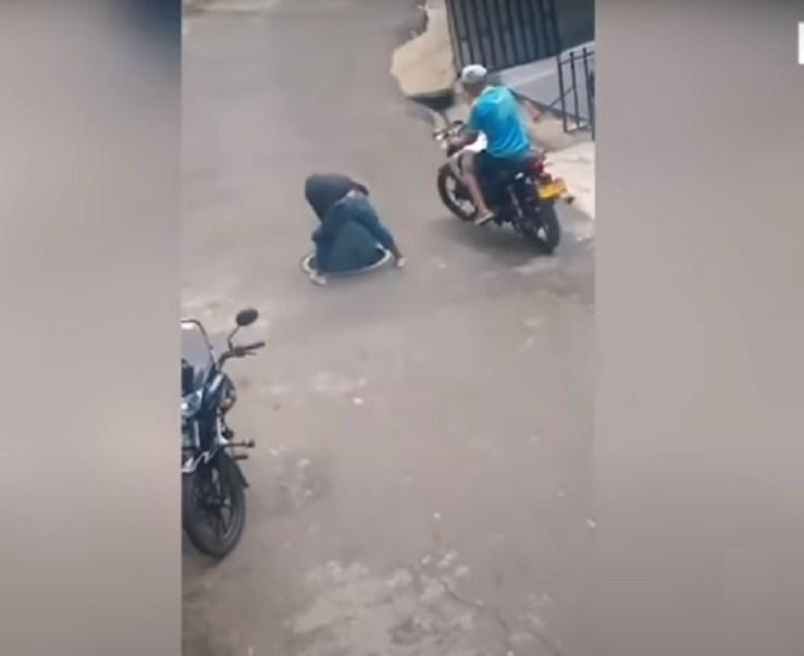 (Video) Trata de robar una tapa de alcantarilla y cae dentro de ella