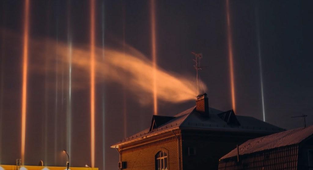 Aparece un increíble fenómeno de pilares de luz en el cielo de Rusia