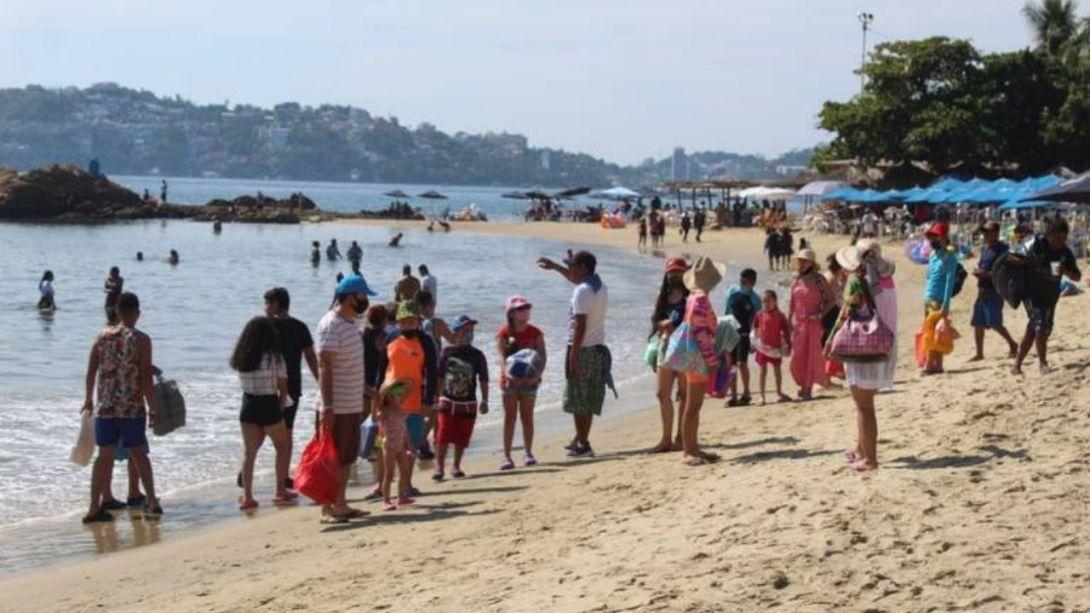 Cientos-de-turistas-llegan-a-Acapulco-provenientes-del-la-CDMX-y-Edomex