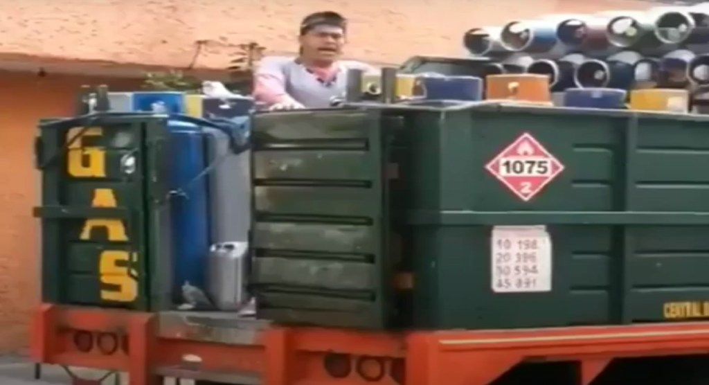 Gasero vende tanques al ritmo de villancicos