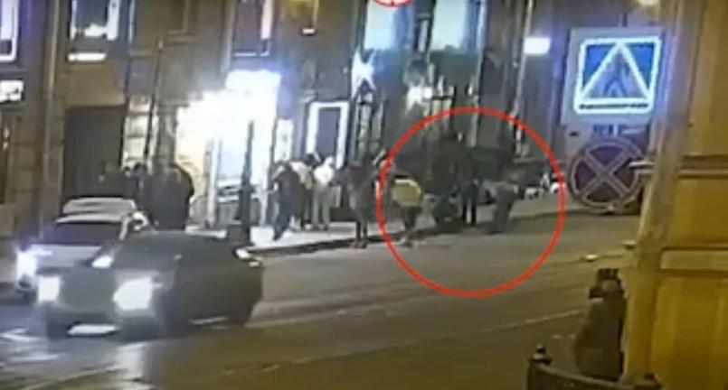 (Video) Hombre intenta besar a un caballo y este le muerde la nariz