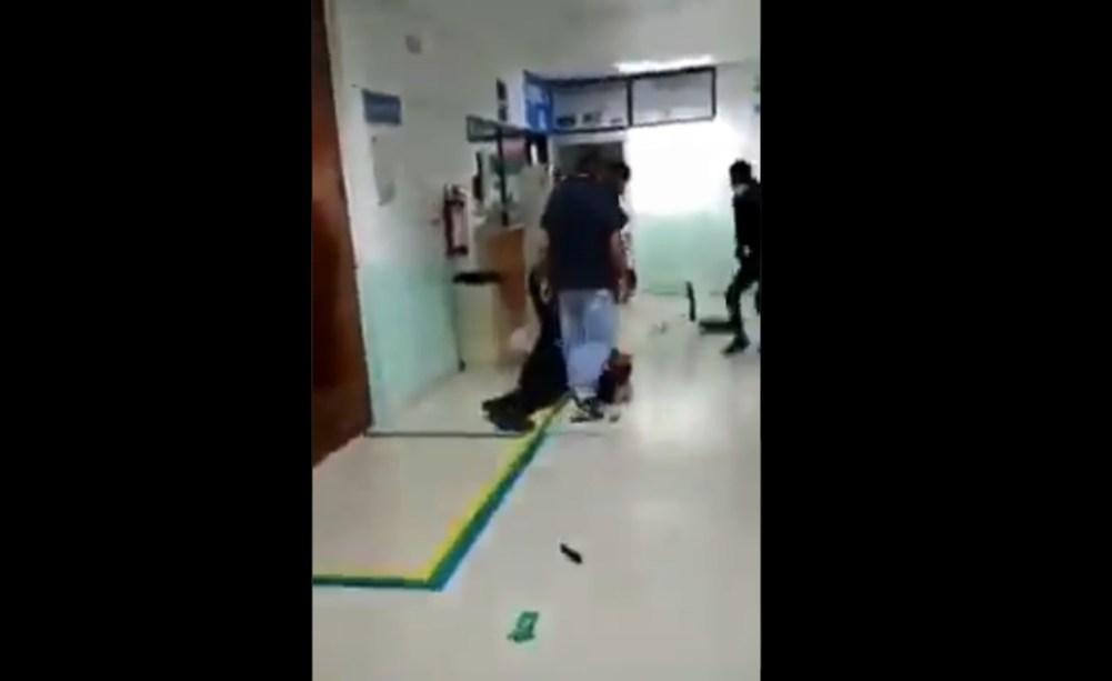 Video II Supuestos policías golpean a vigilante de un hospital