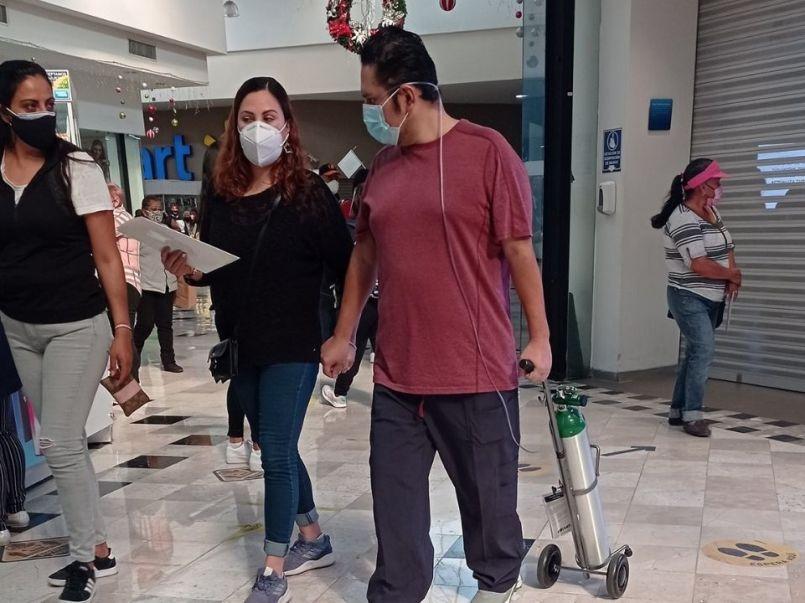 captan-a-hombre-paseando-en-centro-comercial-con-tanque-de-oxigeno