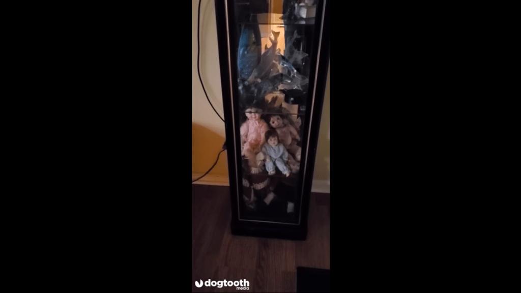 Video ll Hombre capta a muñeca de porcelana moviéndose sola