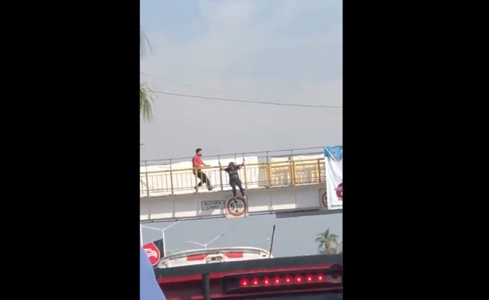 Video II Bomberos frustran intento de suicidio de una mujer en Morelos
