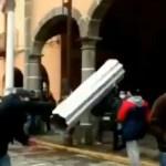 Video II Joven es golpeado con lámina por no usar cubrebocas en Puebla