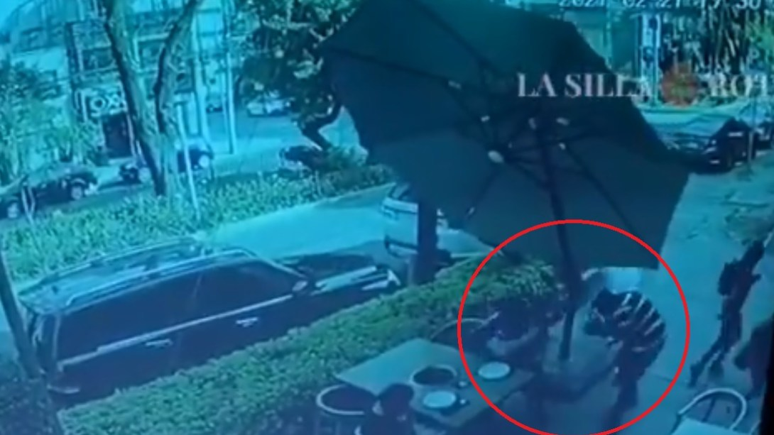 Hombre enfrenta a balazos con sus asaltantes en restaurante de la Ciudad de México || VIDEO