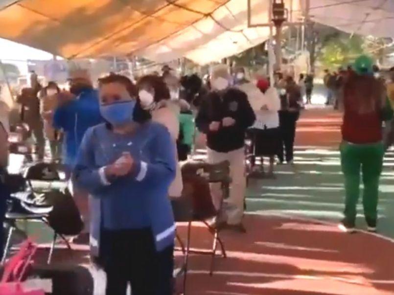 En los videos se observa como los adultos mayores comienzan a bailar al ritmo de la música que les pusieron