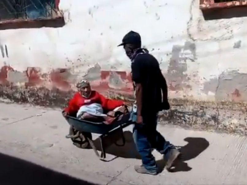 hombre-lleva-su-mama-en-carretilla-para-recibir-vacuna-contra-covid
