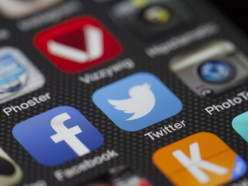 Facebook e Instagramhan habilitado algunas funciones para que las usuarias y usuarios decidan qué tipo de información quieren ver en su timeline.